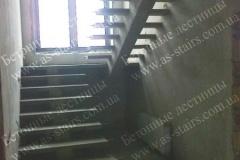 Бетонная лестница на центральном косоуре