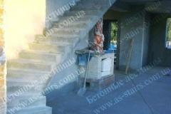 Г-образная лестница из бетона