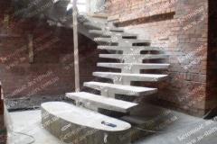 Криволинейная лестница из бетона в квартире