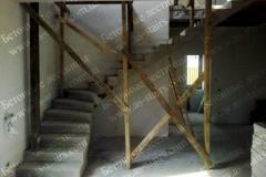 Г-образная лестница из бетона в доме